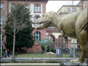 Naturmuseumの前の恐竜