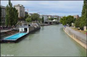 ドナウ運河に浮かぶBadeschiff