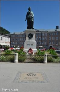 Mozartplatzのモーツァルト像