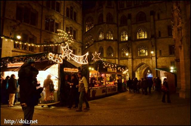 新市庁舎の中庭のクリスマスマーケット