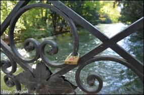 英国庭園を流れる川にかかる橋