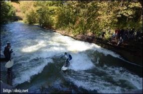 英国庭園を流れる川でサーフィン