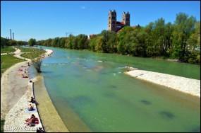 4月末、Isar川沿いで水着になる人々