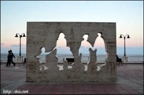 White Shadow statue(白い影のモニュメント)