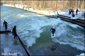 英国庭園Eiswachwelleのサーフィン